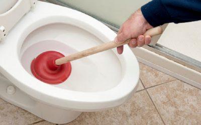 Les meilleures techniques pour déboucher les toilettes